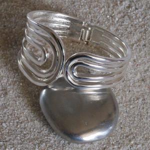 """Bracelet manchette en métal argenté, design """"courbes"""""""
