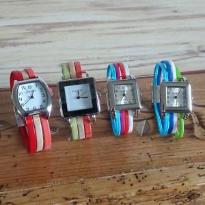 Montre sur bracelet multilien de cuir de couleur et fermoir magnétique