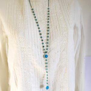 Collier sautoir perles de verre bleues et métal argenté