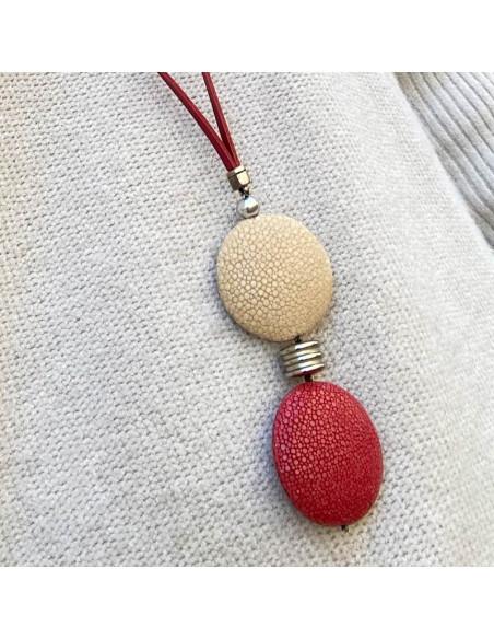 Collier sautoir double médaillon cuir galuchat beige et rouge